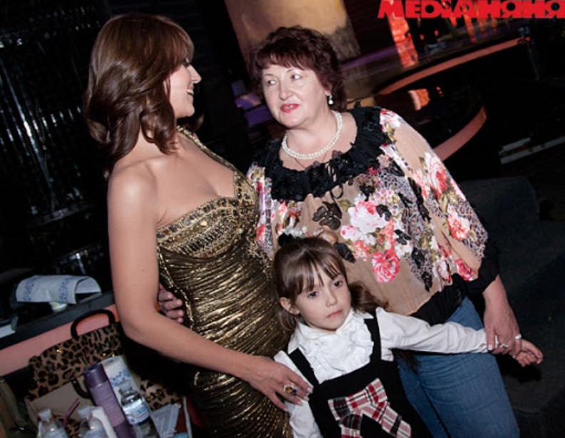 Оксана Марченко с мамой и дочкой Дашей