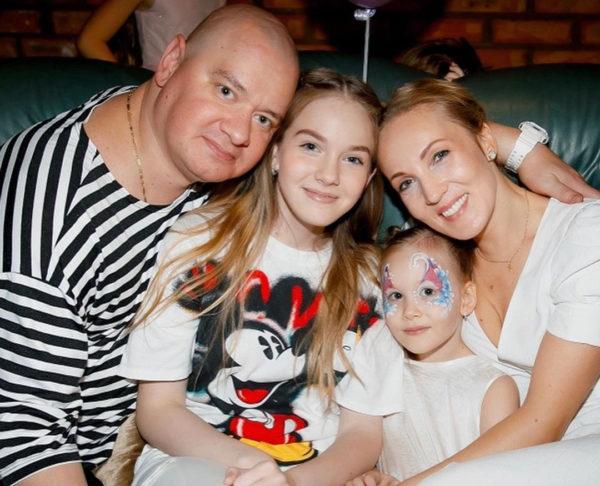 Євген Кошовий з дружиною і дітьми