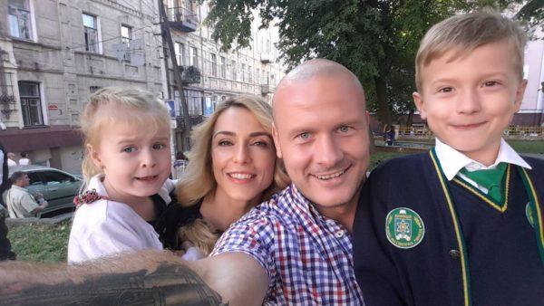 В'ячеслав Узелков з донькою Олівією і сином Робертом