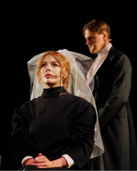 Рыжеволосая красотка Анастасия Стоцкая позировала в белой свадебной фате
