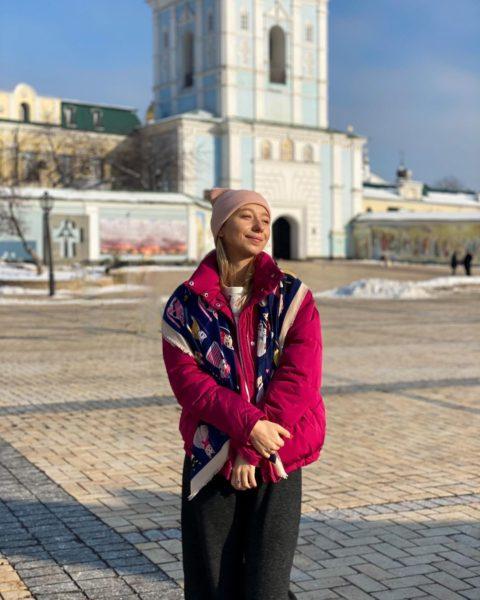 Вагітна дружина Віктора Павлика Катерина Репяхова в хустці