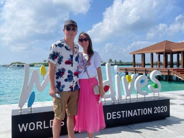 Дмитрий Комаров показал фото с неизвестной девушкой на Мальдивах