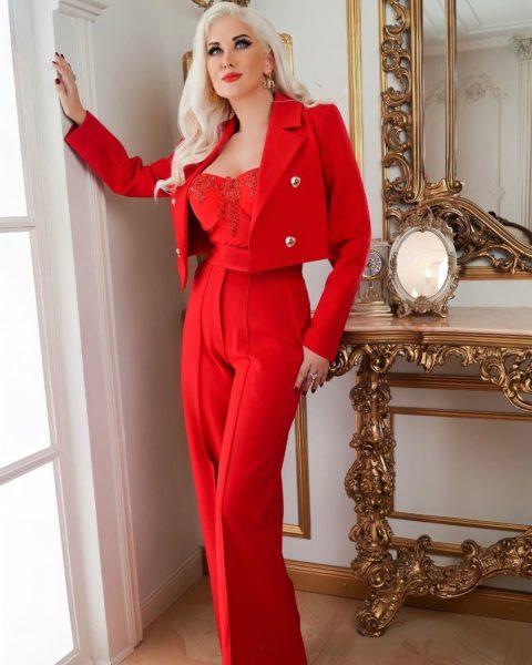 Катерина Бужинська в червоному костюмі