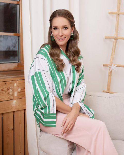 Екатерина Осадчая спрятала округлый живот под просторной одеждой