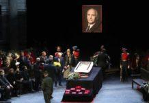 Прощання з померлим Василем Лановим - дружина ледве стоїть на ногах