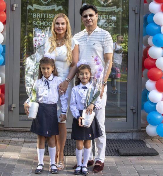 Камалія з чоловіком і доньками