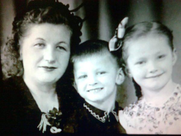 Маленькая Алла Пугачева с младшим братом и мамой