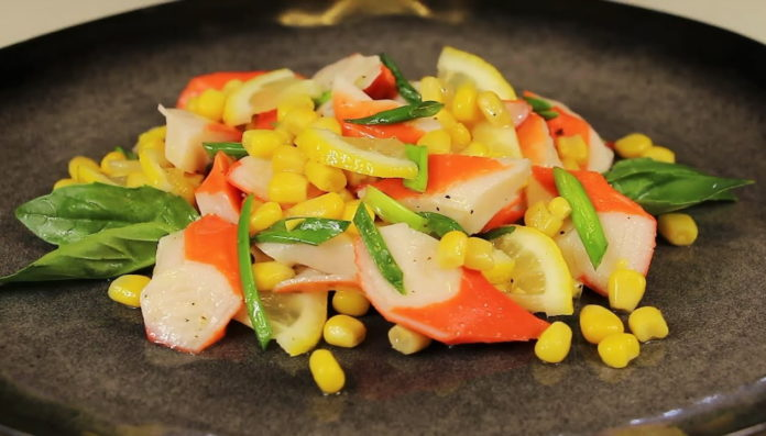 Салат з крабовим м'ясом і кукурудзою