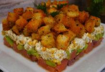 Святковий салат без майонезу зі слабосоленою сьомгою