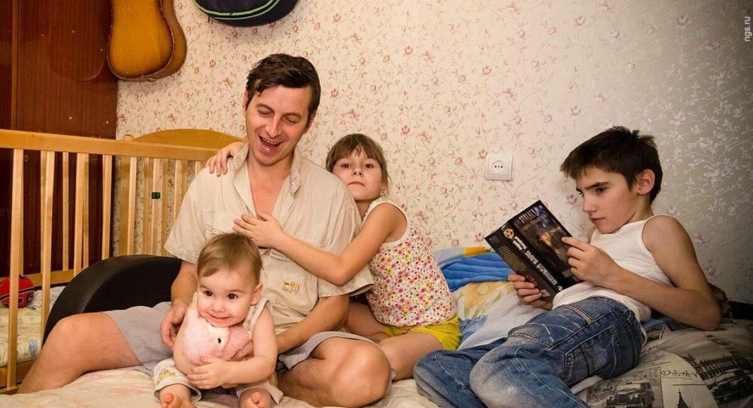 Женщина бросила мужа одного с 7 детьми