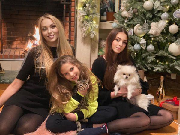 Оля Полякова з дочками Алісою і Машею