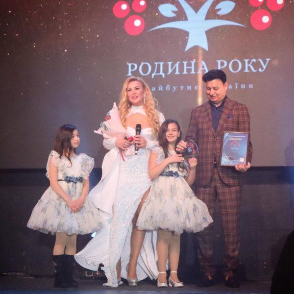 Співачка Камалія з чоловіком Захуром і дочками з'явилася на світському заході