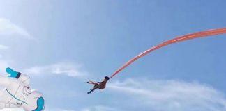 Воздушный змей поднимает мальчика