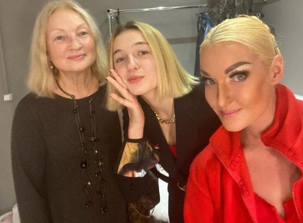 Анастасія Волочкова з мамою і дочкою