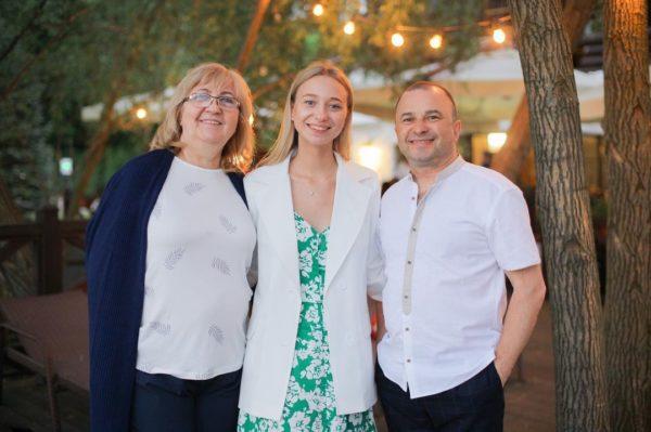 Віктор Павлик зі своєю молодою дружиною Катериною і тещею Ларисою