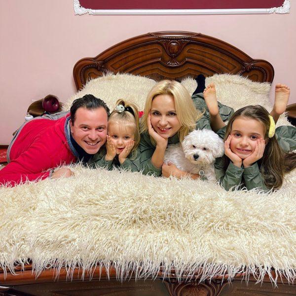 Лилия Ребрик с мужем, дочками и собакой