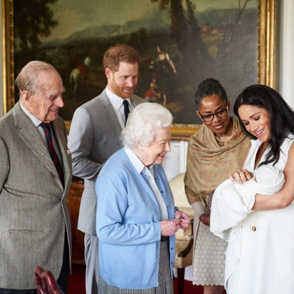 Принц Філіп, королева Єлизавета II і мати Меган Маркл знайомляться з їх з принцом Гаррі новонародженим сином Арчі