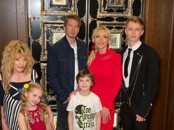 Крістіна Орбакайте показала сімейне фото з мамою і дітьми з Дня народження Пугачової