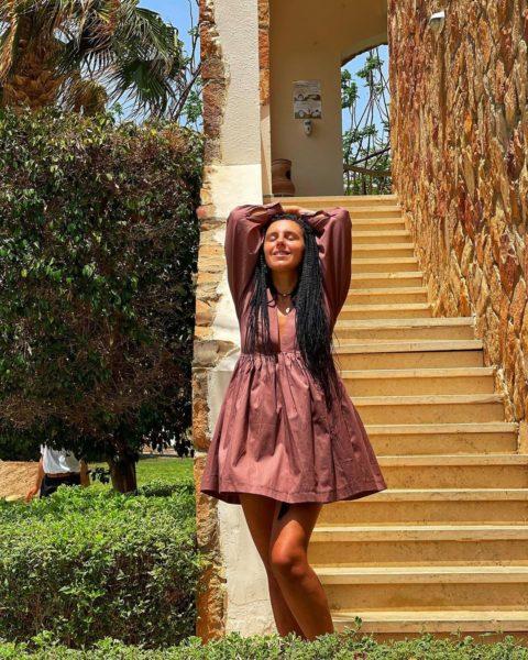 Співачка Джамала показала свої худі ноги в короткому сарафані