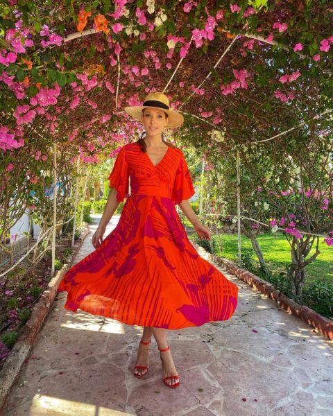 Катерина Осадча знову приховала живіт в літньому вільному сарафані
