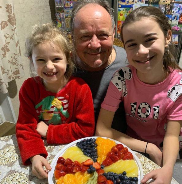 Алексей Маклаков с младшими дочками