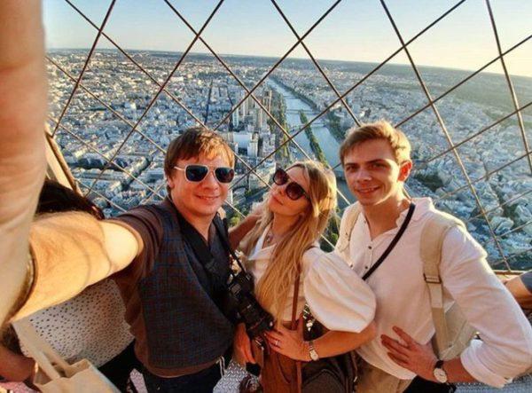 Дмитро Комаров з братом і сестрою