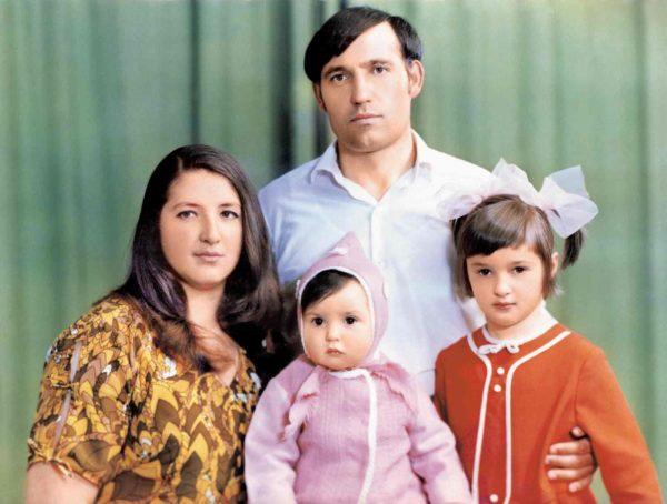 Архівне фото родини Оксани Марченко, вона посередині