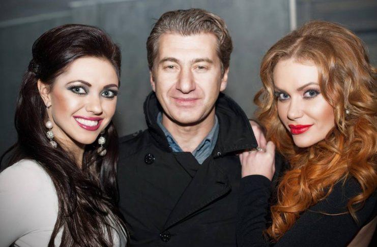 Участницы группы НеАнгелы с продюсером Юрием Никитиным