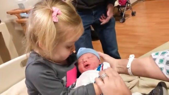 Реакція дітей на новонароджених