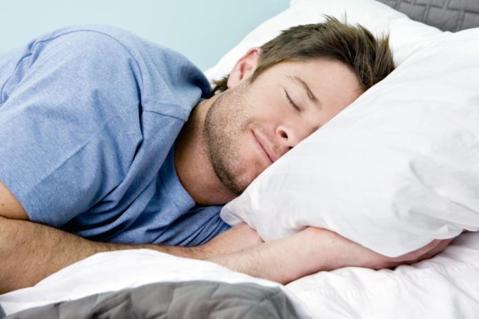Чоловік спить