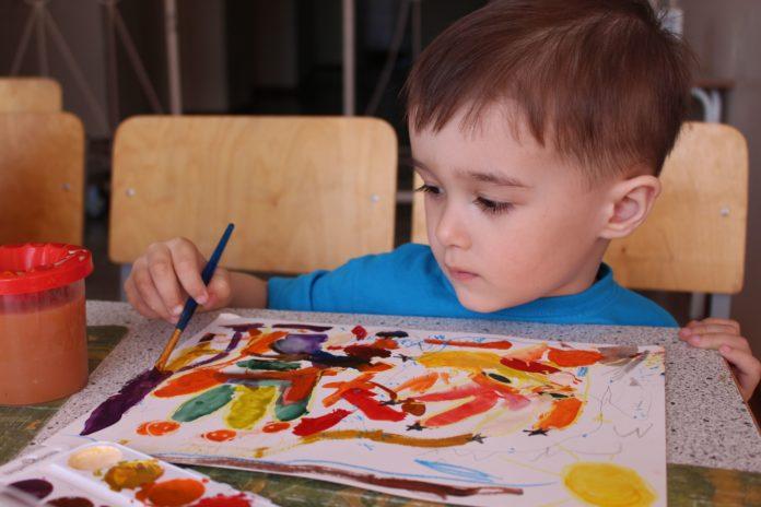 Хлопчик малює олівцем