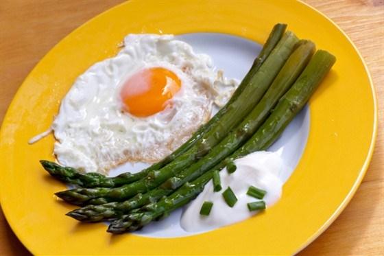Яйця зі спаржею
