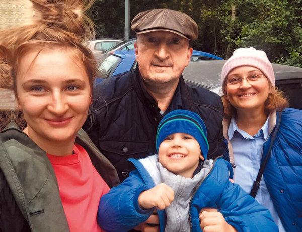 Олександр Ликов з дочкою, дружиною і онуком