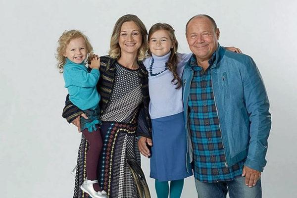 Алексей Маклаков с женой Анной Романовой и дочками