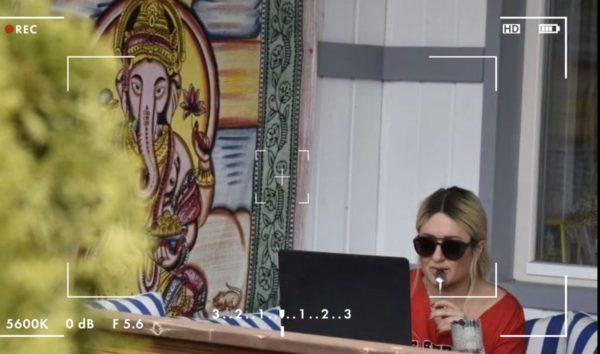 Наталя Могилевська на терасі будинку