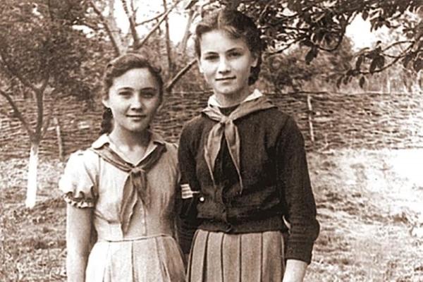 Софія Ротару (на фото праворуч) у віці 15 років
