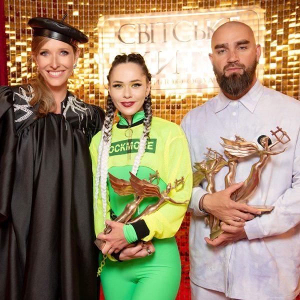 Катя Осадча на премії YUNA-2021 з переможцями в номінації найкраща рок-група року