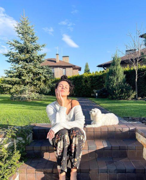 Каменских показала свою собачку Мими во время утренней прогулки с мужем