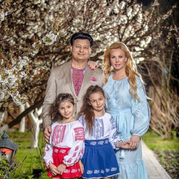 Камалия с мужем Мохаммадом Захуром и дочками Арабеллой и Мирабеллой