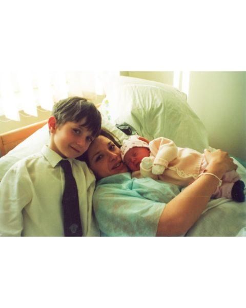 Оксана Марченко с новорожденной дочкой и сыном: архивное фото
