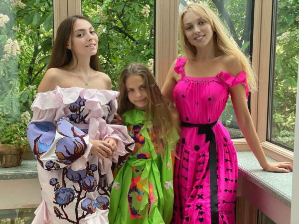 Оля Полякова с дочерьми Машей и Алисой