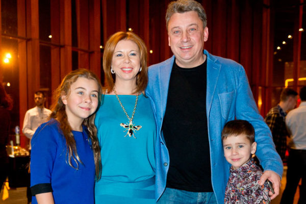 Дмитро Галкін з дружиною і дітьми