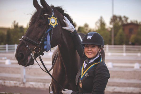 Камалия профессионально занимается конным спортом