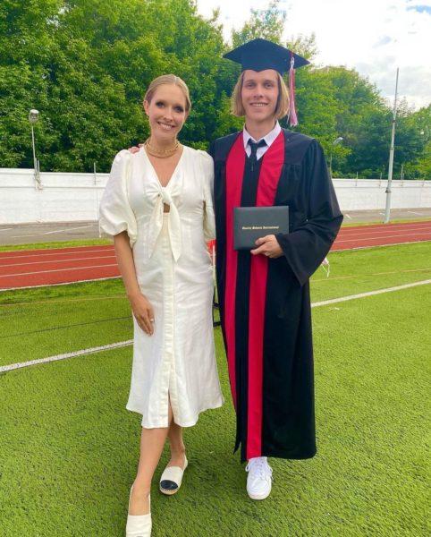 У старшего сына Екатерины Осадчей — выпускной