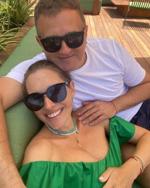 Телеведучий Юрій Горбунов повіз вагітну дружину Катю Осадчу на курорт