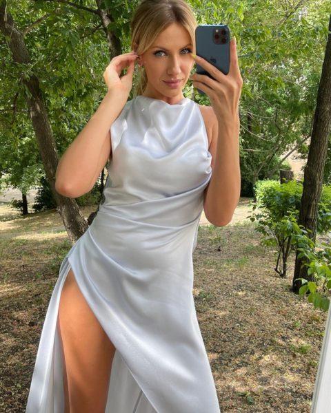 Леся Никитюк показала себя в молочном платье