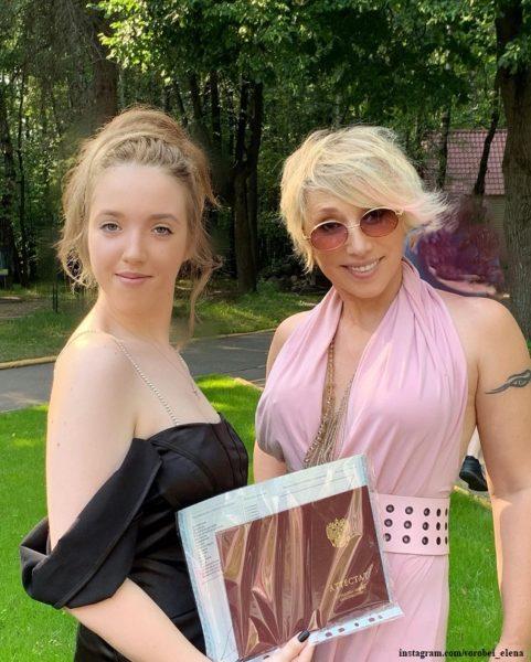 Елена Воробей побывала на выпускном у дочери Софии