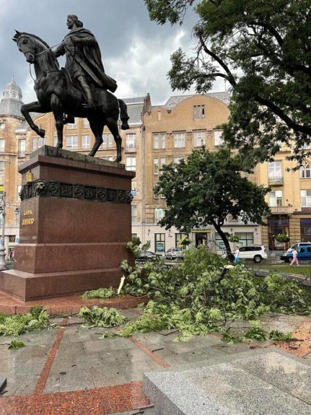 Последствия непогоды во Львове: фото от жителей