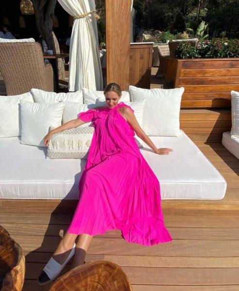 Катя Осадчая ошеломила роскошным look в платье цвета фуксии