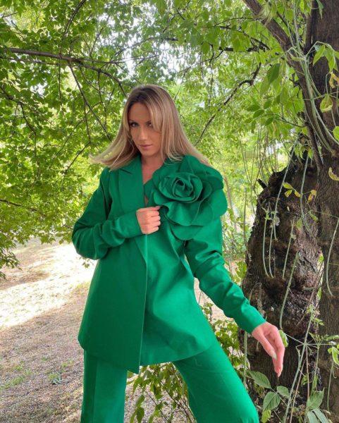 Леся Никитюк восхитила образом в трендовом костюме - спрятала животик?